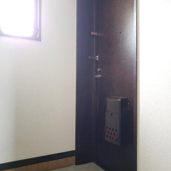 玄関にも小窓が・・!パッと明るく見えますね!