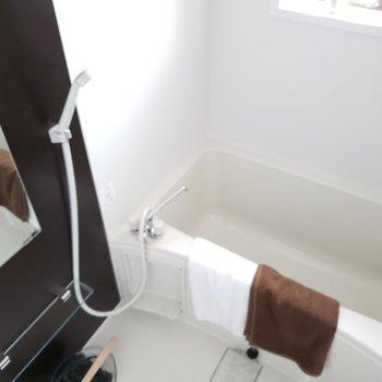バスルームには小窓が付いていて明るい☆(※写真はモデルルームです)
