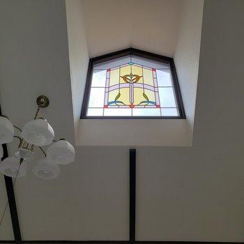 美しいステンドガラスから光が差し込みます。はぁ〜癒される。