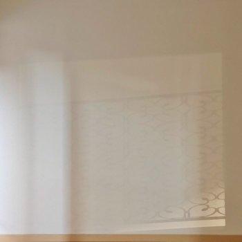 窓際にはバルコニーの柵の影がうつります。
