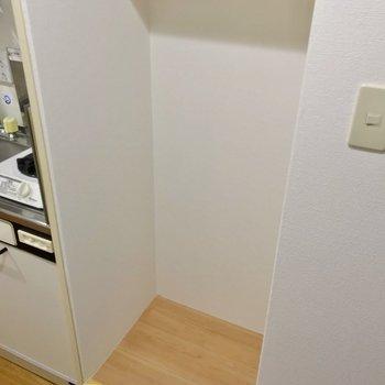 冷蔵庫置場は幅55cm×奥行き48cmくらい。サイズは要確認です。