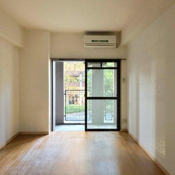 掃き出し窓は南向き。バルコニーに柱があるから日当たりは落ち着いた印象。