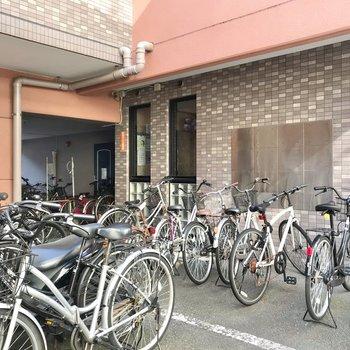 駐輪場は密度高め。