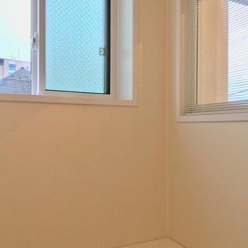 さっきの小窓はバスルームの窓だったんですね