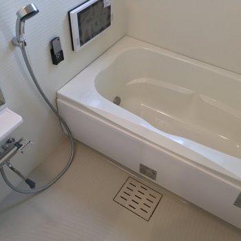 バスルームはゆったり贅沢に!TVもある?!