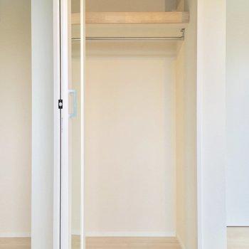 クローゼットは扉に全身鏡が付いていますっ