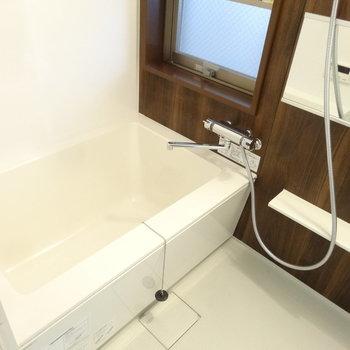 浴室には窓もついていて換気もしっかりできますよ。