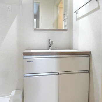 洗面台はスクエアでオシャレです。