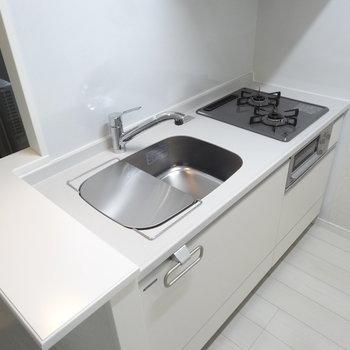 キッチンは真っ白でシンプルに。