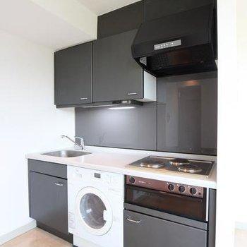 キッチンは外国みたいに洗濯機付き!※写真は2階の別間取りの別部屋です