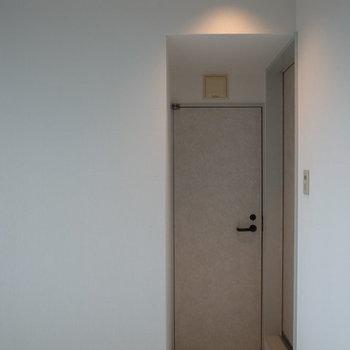 右側のドアが水回り。正面のドアは...※写真は2階の別間取りの別部屋です