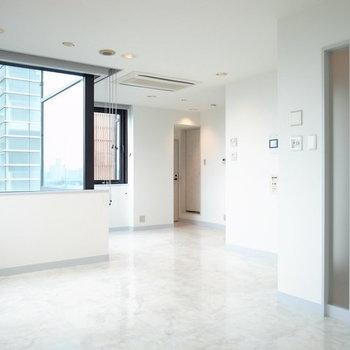 玄関から入って隅からみると向こうが水回りです※写真は2階の別間取りの別部屋です