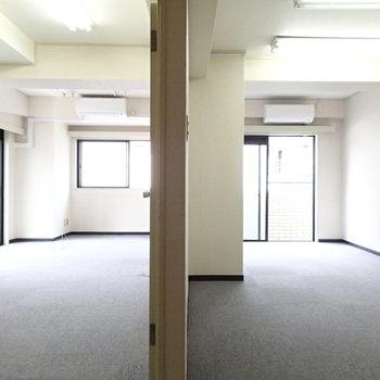 玄関から見るとこんな感じの2部屋。※写真は前回募集時のものです