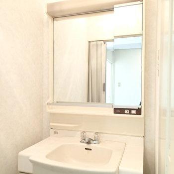 洗面台は玄関付近に。※写真は前回募集時のものです