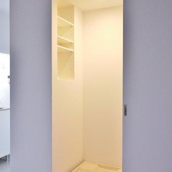 洗濯置き場は、隠せるタイプ。※写真は別室です。