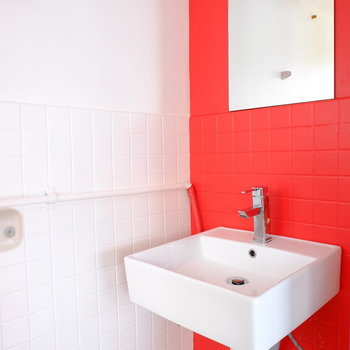 バスルームに洗面台もあり