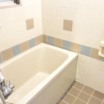 深めでしっかり浸かれる、ちょっぴりレトロで可愛いお風呂。