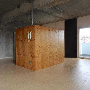 部屋の真ん中に、木の箱。