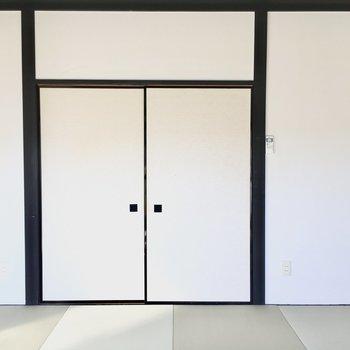 お部屋の入り口。扉を閉めたらこんな感じ。反対側は・・・?