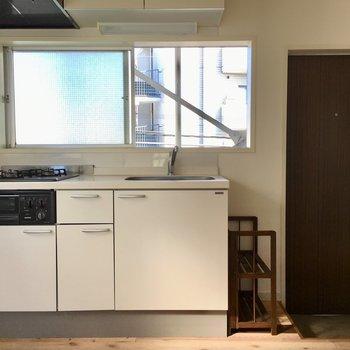お部屋からキッチンを見たらこんな感じ。玄関すぐ横にあります。