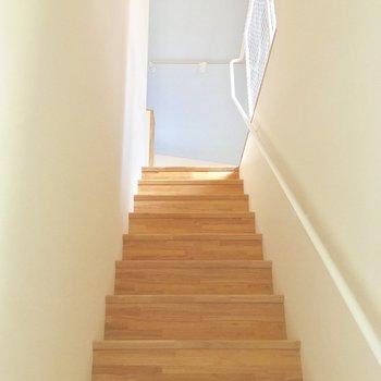 お部屋までは階段を登っていきましょう〜