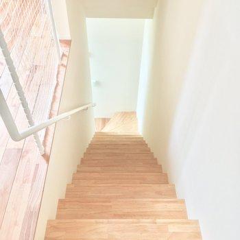 階段を降りて玄関へ・・