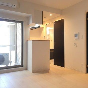 キッチンと水回りはおくのスペースです。※写真は4階の同じ間取りの別部屋です。