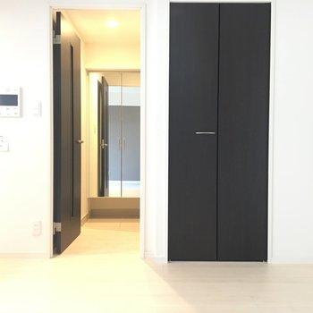 お部屋から玄関にかけて奥に姿見があるのが嬉しいポイント!※写真は4階の同じ間取りの別部屋です。