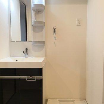 洗面台と洗濯機置場が横並び。※写真は4階の同じ間取りの別部屋です。