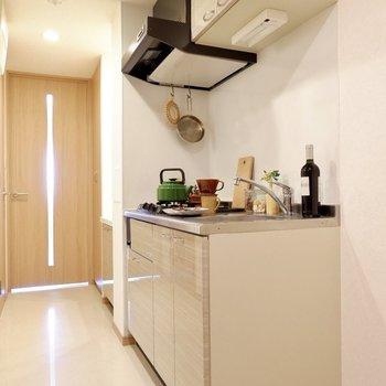 キッチンは上下に収納付きなので、お料理好きの方にも満足していただけるはず。