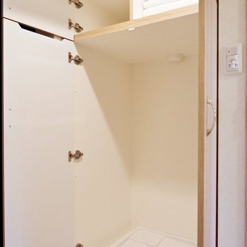 玄関右手には洗濯機置き場。生活感を隠すことができます。