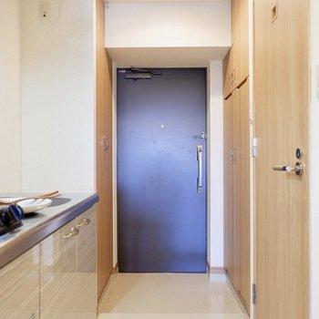 玄関はフラットなので、マットを敷いてもいいですね。