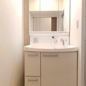 独立洗面台もピカピカです。
