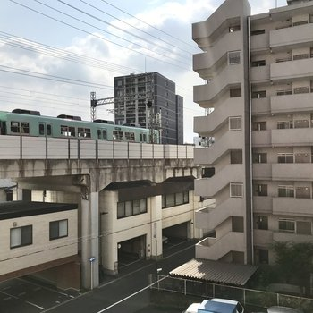 窓の外には電車が走っています!ついつい見てしまう笑