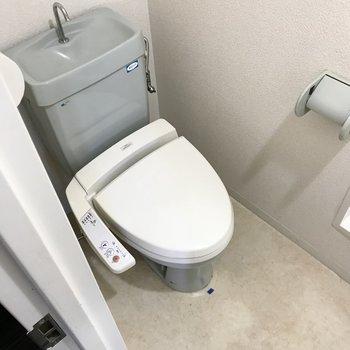 その向かい側にトイレ。ウォシュレット付きです!