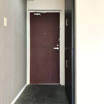 玄関扉はワインレッド。壁にちょっとした絵を飾りたいなぁ