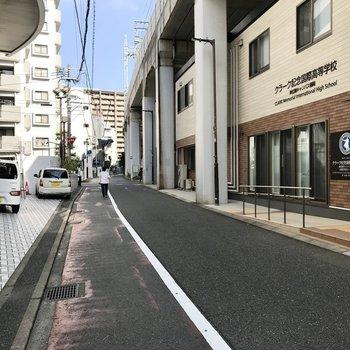 マンションは高架下沿いに。まっすぐ進めば薬院駅です!