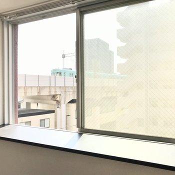 この出窓は南向きです!明るい光が入ってきました◯
