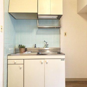 レトロなキッチン。冷蔵庫置場もしっかりね。(※小物は見本です)