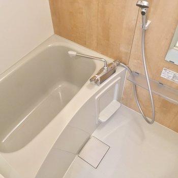 バスルームには木目調のクロスがあります。※写真は前回募集時のものです