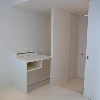 上階は全面、白※写真は別部屋です