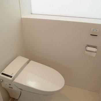 トイレも真っ白※写真は別部屋です