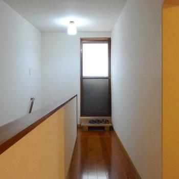 階段登ってすぐのところからベランダに出られます。