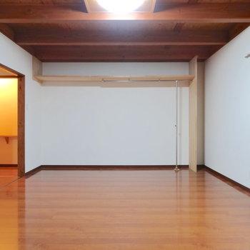 奥の居室。家族全員のベッドや机が置ける広さ、13帖。