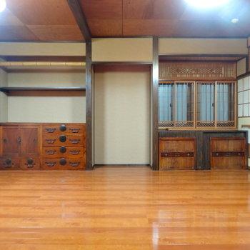 居間の造作の棚、味わい深すぎますね…忍者屋敷かよ!