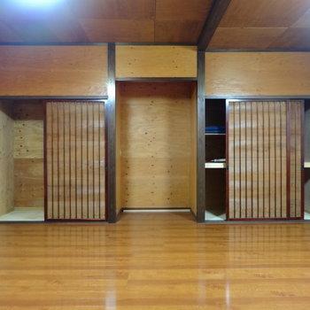 反対側の壁にも和な建具のついた収納。