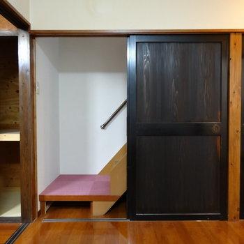 こちらに扉で隠せる階段が。