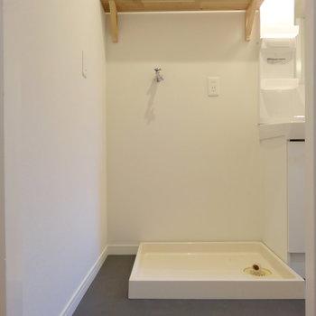 脱衣所に洗濯機置き場&木製棚。