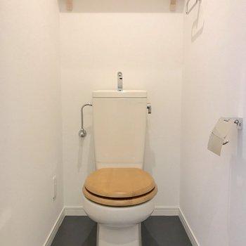 トイレはかわいい木製便座※写真は前回施工のお部屋です