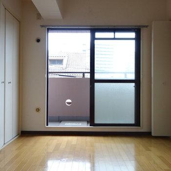 【現状】こちらは洋室。開口部が大きく明るいですね◎
